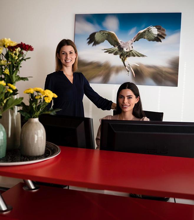 Zwei Frauen in einem Büro lachen freundlich